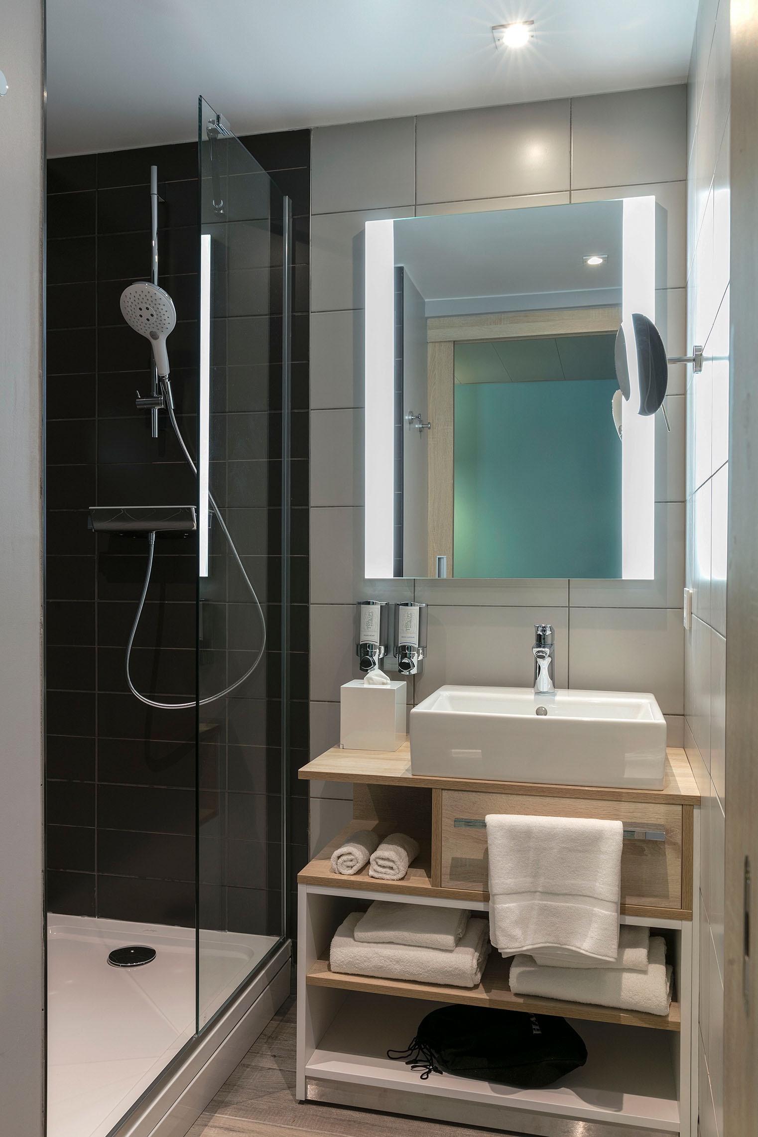 hampton-by-hilton-paris-clichy-chambre-standard-salle-de-bain-1