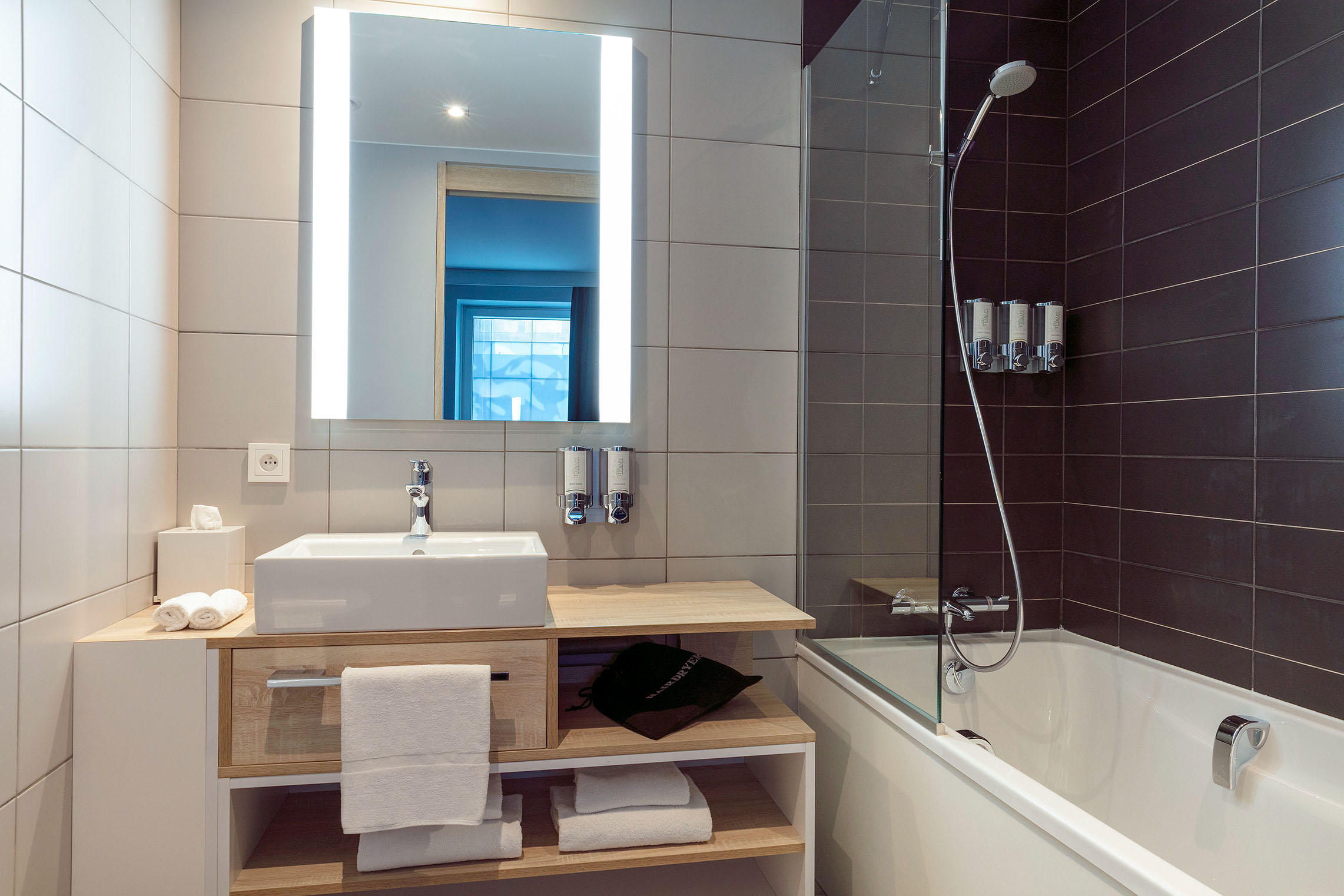hampton-by-hilton-paris-clichy-chambre-superieure-salle-de-bain-2