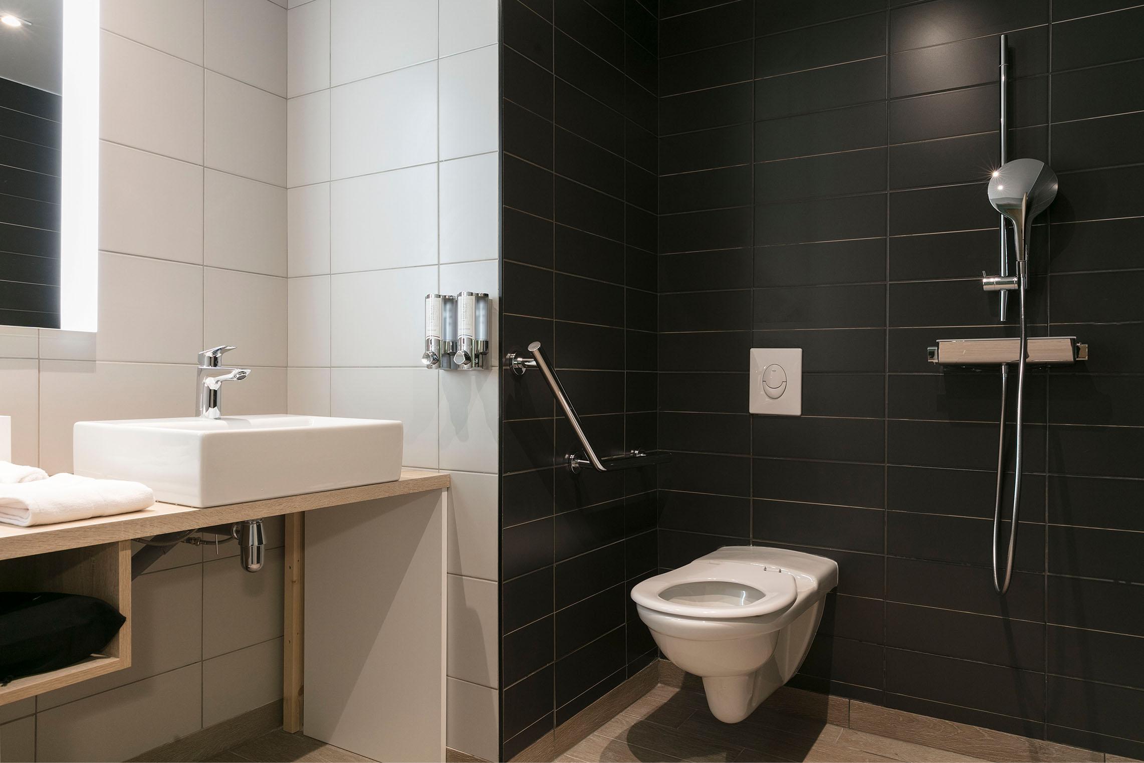 hampton-by-hilton-paris-clichy-salle-de-bain-3