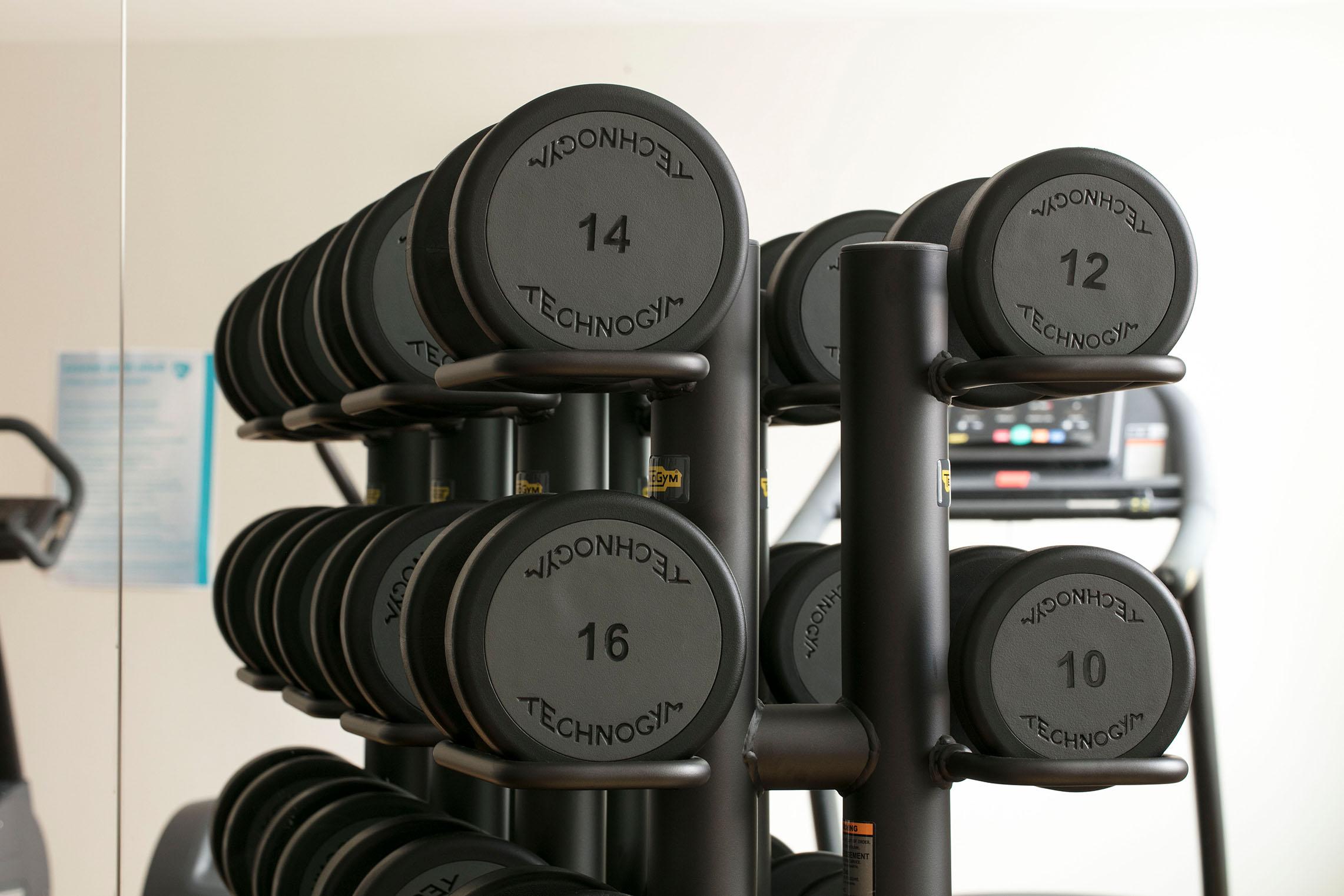 hampton-by-hilton-paris-clichy-salle-de-fitness-halteres-1