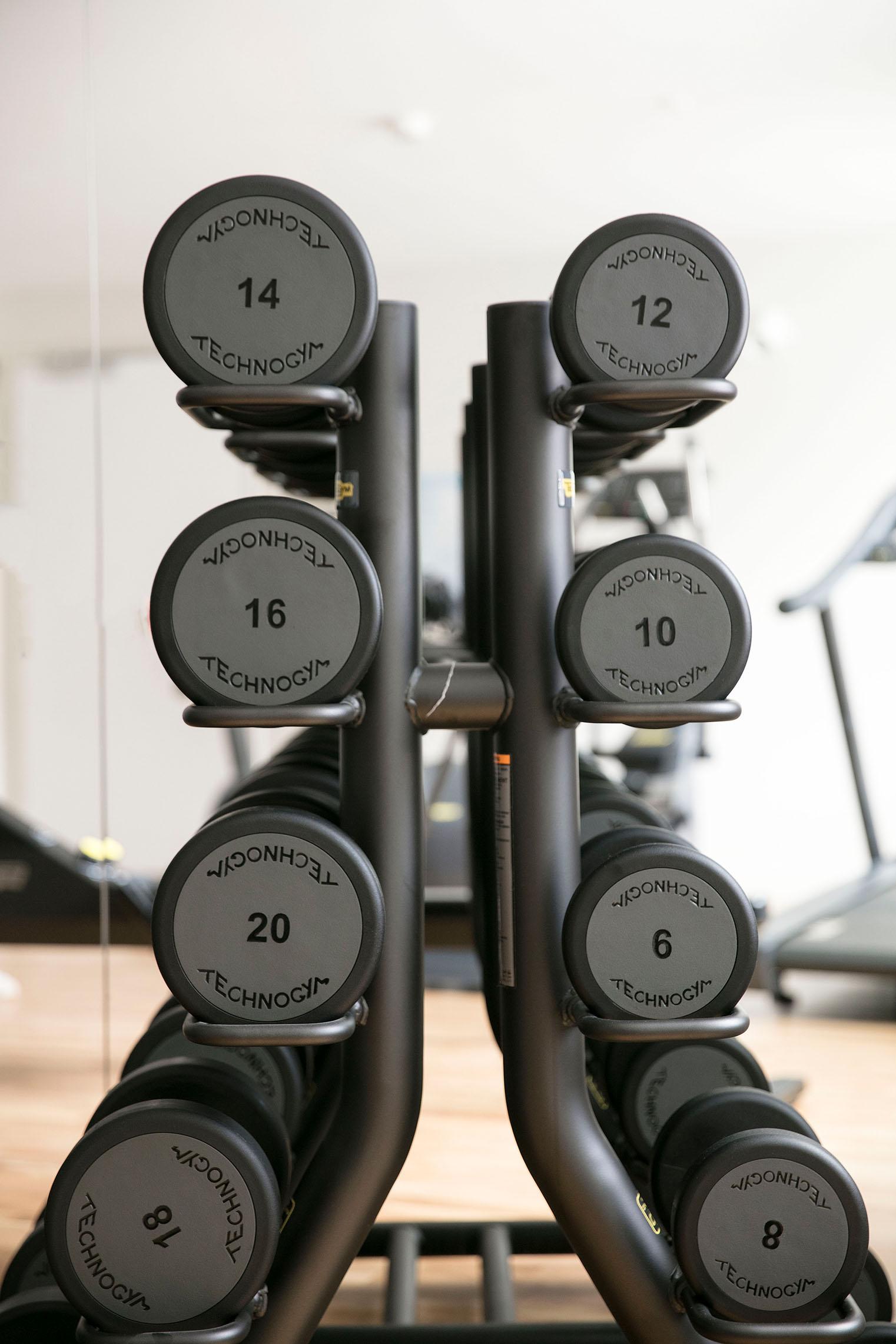 hampton-by-hilton-paris-clichy-salle-de-fitness-halteres-2